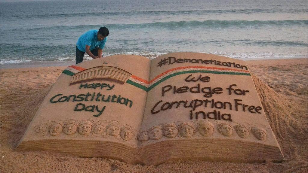 सैंड आर्टिस्ट  सुदर्शन पटनायक द्वारा संविधान दिवस पर बनाई गई कलाकृति