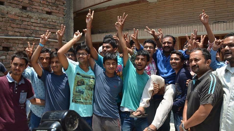 आनंद कुमार के साथ स्टूडेंट्स. (फोटो: IANS)