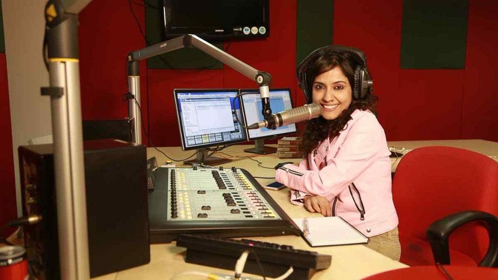 रेडियो मिर्ची के स्टूडियो में आरजे सायमा