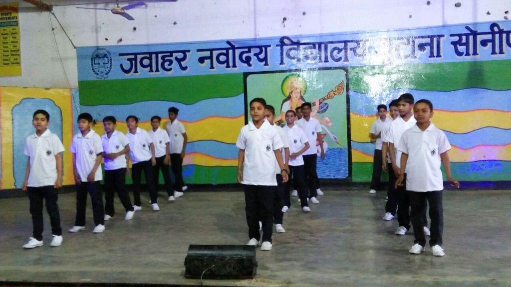 सांस्कृतिक कार्यक्रम में हिस्सा लेते जेएनवी के छात्र