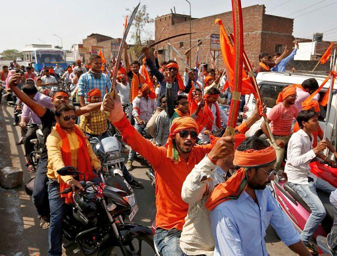 2017 के विधानसभा चुनावों के लिए बनी समिति में आदित्यनाथ का नाम नहीं होने पर हिन्दू युवा वाहिनी ने बीजेपी के खिलाफ प्रत्याशी खड़ा करने तक का ऐलान कर दिया था