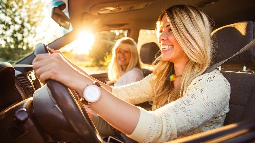 स्टीयरिंग संभालती औरतें सड़कों को सुरक्षित बना रही हैं