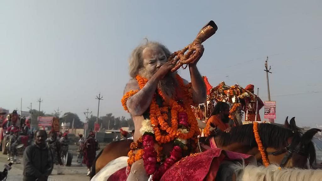 कुंभ में बढ़ी हलचल, शाही अंदाज में नागा साधुओं ने ली एंट्री