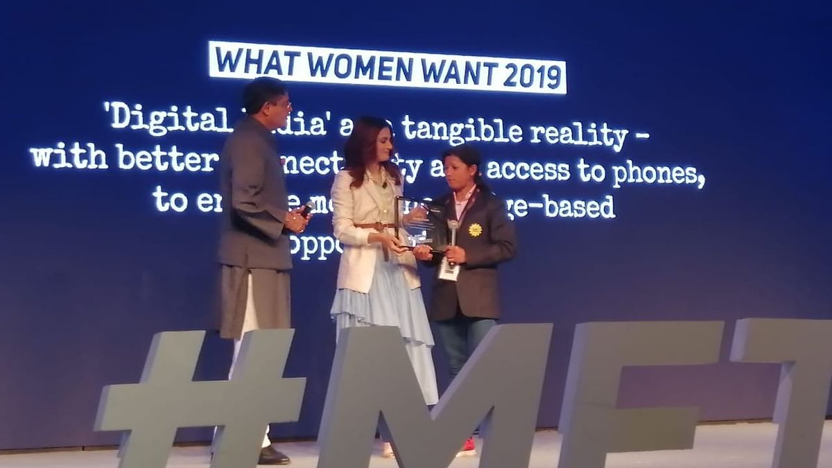 'Me,The Change' इवेंट मेंवरिष्ठ नेता बैजयंत पांडा और एक्ट्रेस तापसी पन्नू ने  श्वेता शाही को सम्मानित किया.