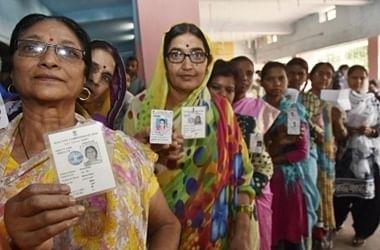 झारखंड में बाइक से गिरी महिला मतदाता की मौत