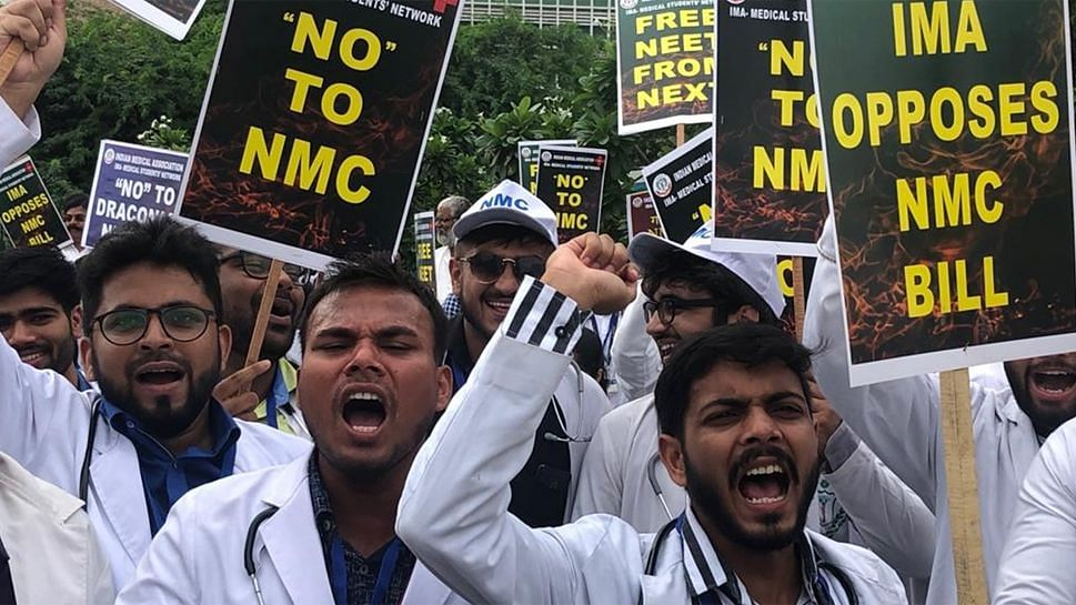 क्यों सड़क पर उतरे देश भर के डॉक्टर, NMC बिल में ऐसा क्या है?