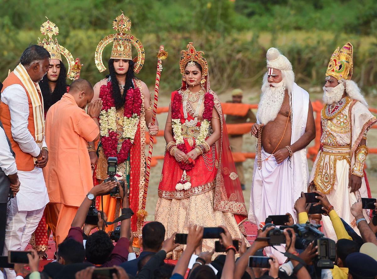 मुख्यमंत्री योगी ने  भगवान राम, सीता और लक्ष्मण के स्वरूपों का स्वागत किया.