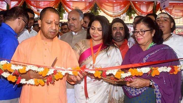 नीरा राडिया के साथ दिखे CM योगी,कांग्रेस ने घेरा,बचाव में उतरी BJP