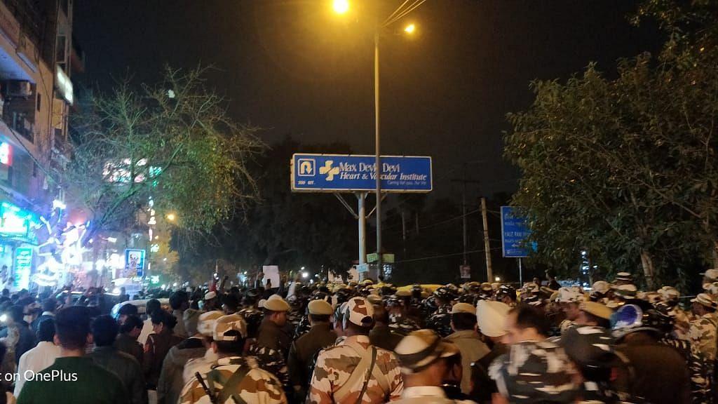 दिल्ली:हौज रानी इलाके में CAA प्रदर्शनकारियों पर लाठीचार्ज,कई घायल