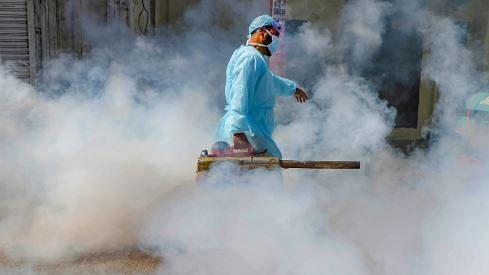 जून-जुलाई में चरम पर रह सकता है COVID-19 संक्रमण: AIIMS डायरेक्टर