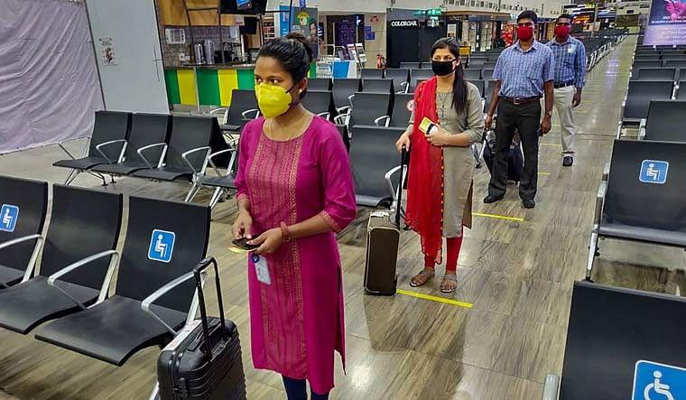 चेन्नई एयरपोर्ट पर एंट्री करते यात्री