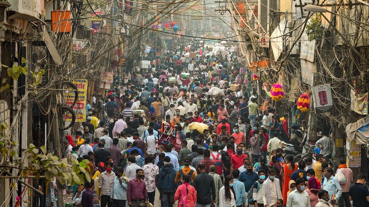 नवंबर महीने में दिल्ली के सदर बाजार में लोगों की भीड़