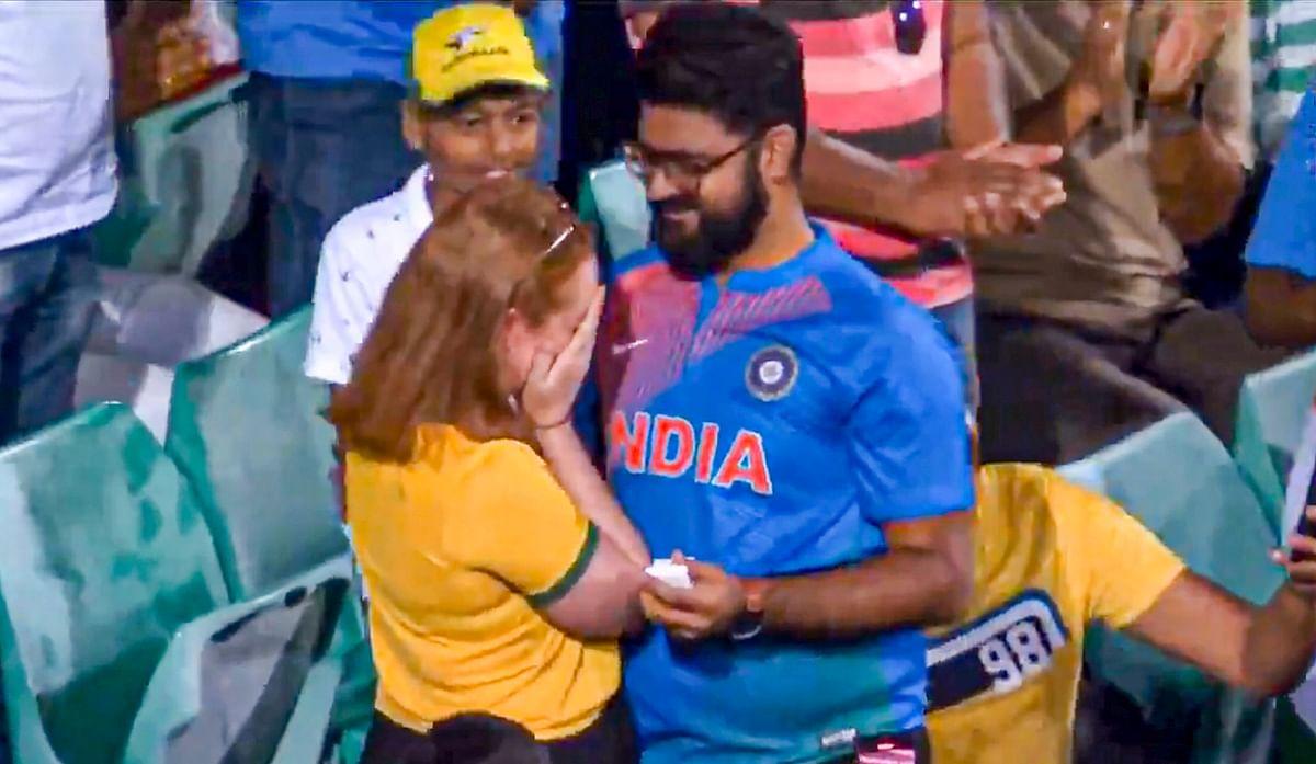 INDvsAUS:मैच के बीच शख्स ने ऑस्ट्रेलियाई गर्लफ्रेंड को किया प्रपोज