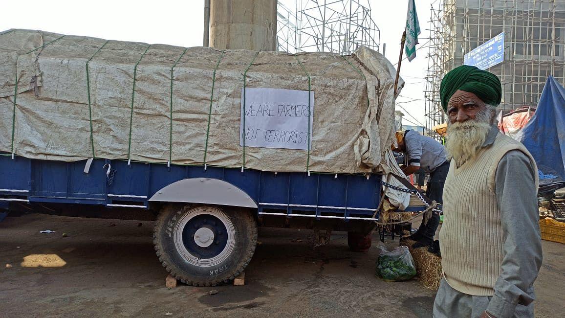किसानों ने पोस्टर लगाकर लिखा- 'हम आतंकवादी नहीं'