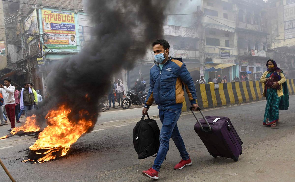 पटना में विरोध प्रदर्शन के दौरान जलाए गए टायर