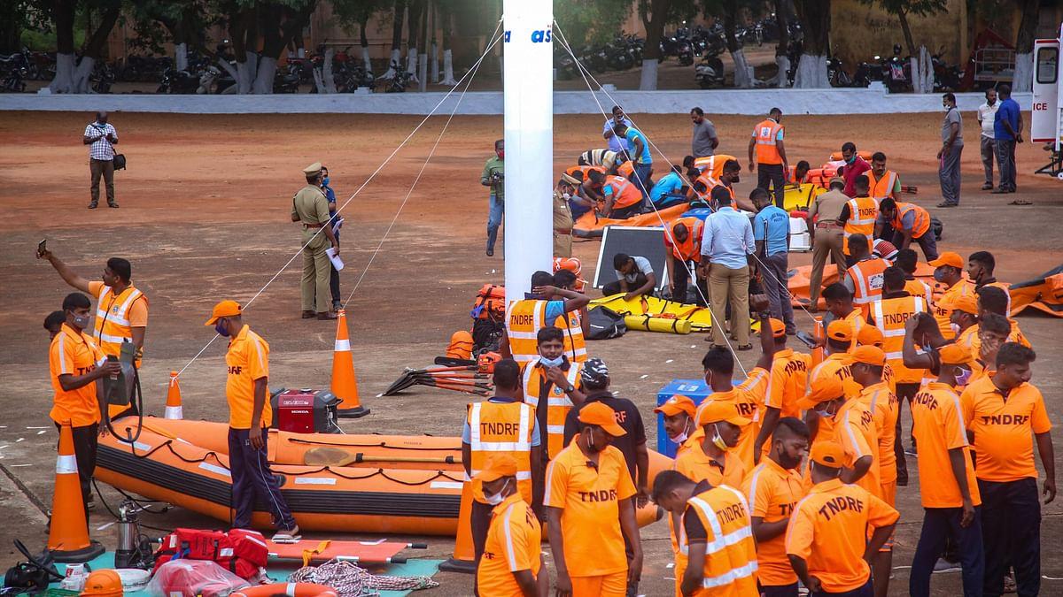 कन्याकुमारी में 2 दिसंबर को बुरेवी तूफान के लिए तैयारी करते TNDRF के कर्मचारी