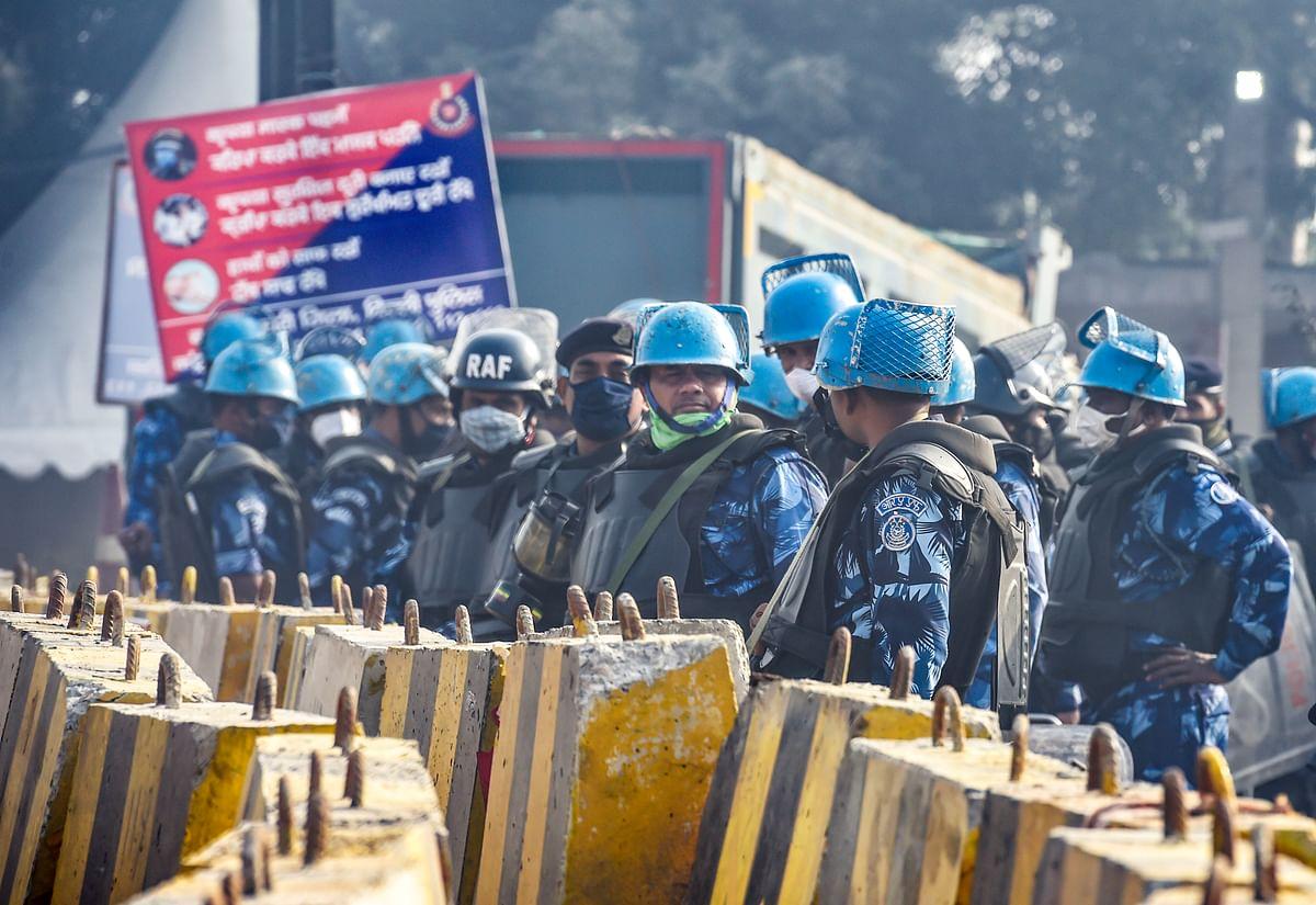 दिल्ली के टिकरी बॉर्डर पर भारी पुलिस बल तैनात