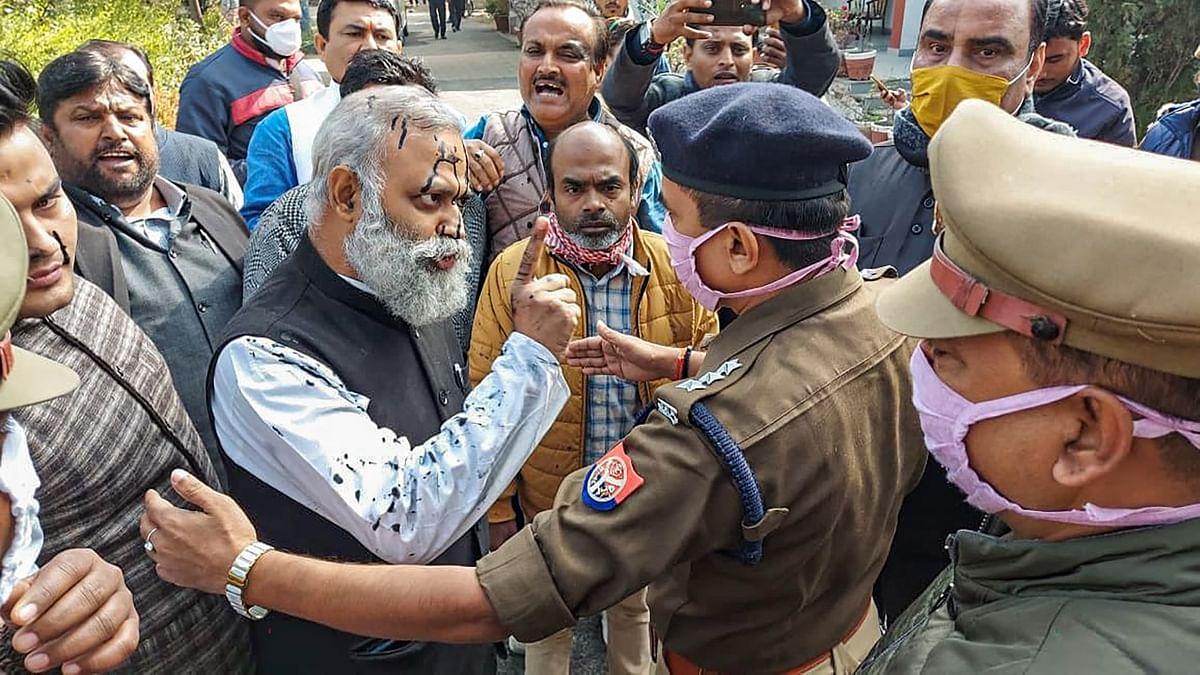 सोमनाथ भारती पर पुलिस की मौजूदगी में स्याही भी फेंकी गई