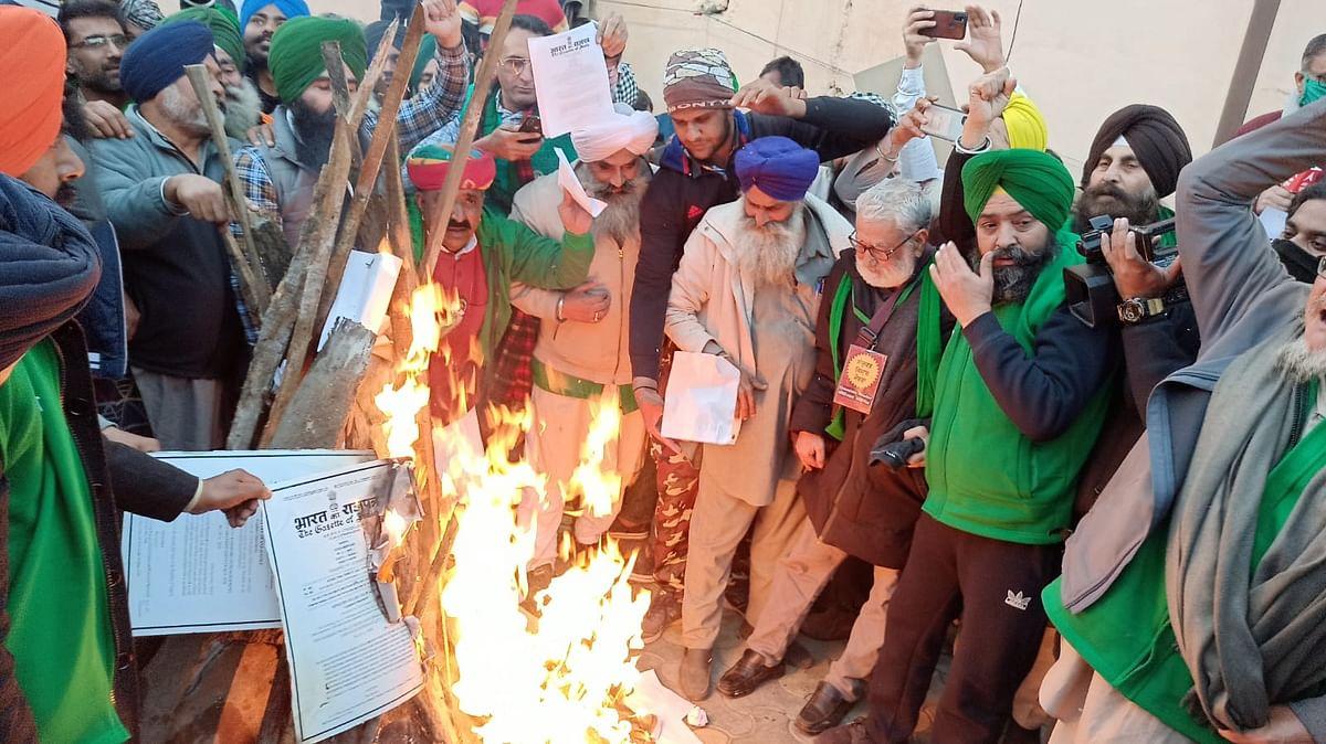 सिंघु बॉर्डर पर किसानों ने लोहड़ी में जलाई किसान कानूनों की कॉपी