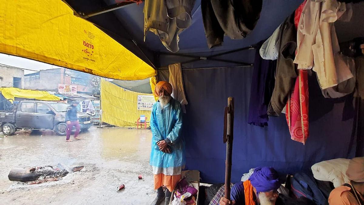 तस्वीरें: बारिश और कड़कड़ाती ठंड में भी दिल्ली में डटे किसान