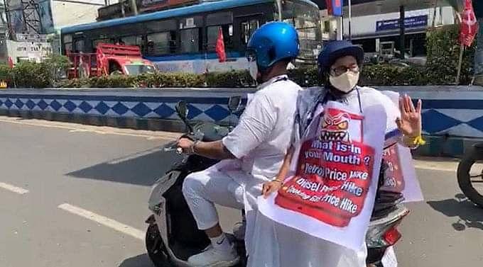 पेट्रोल कीमतों के विरोध में स्कूटर से सचिवालय पहुंचीं ममता बनर्जी