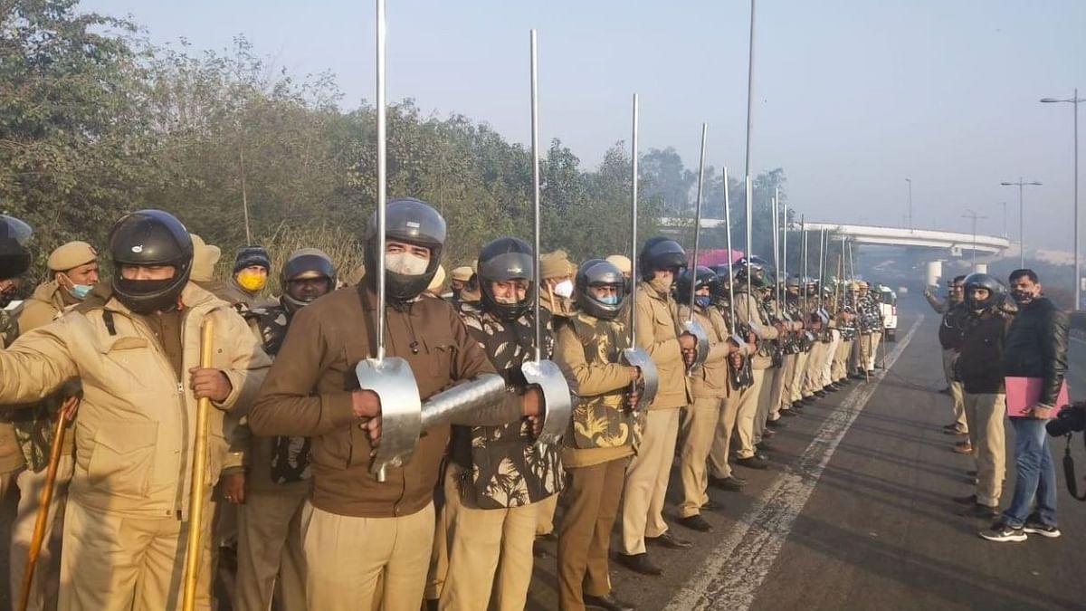 """मेटल रॉड की तस्वीर पर दिल्ली पुलिस की सफाई- """"औपचारिक आदेश नहीं"""""""