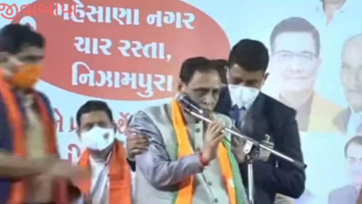 गुजरात के CM विजय रूपाणी भाषण के दौरान मंच पर हुए बेहोश