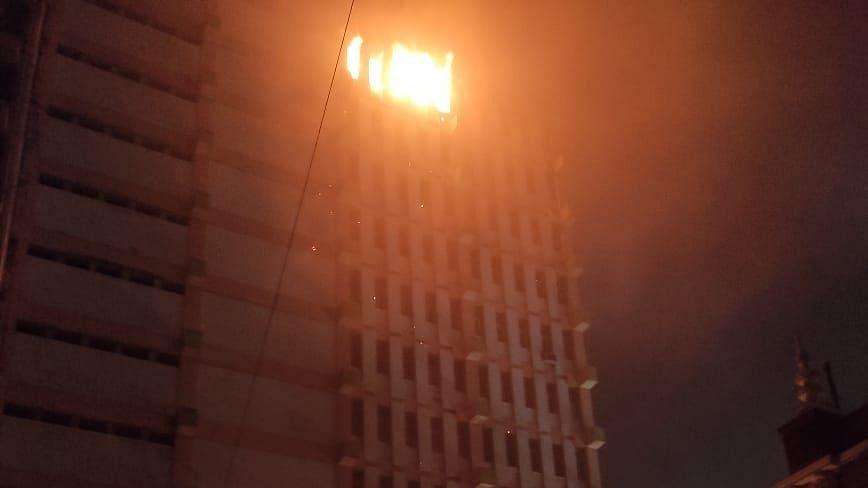 कोलकाता: मल्टी स्टोरी बिल्डिंग में आग, लोगों के फंसे होने की आशंका