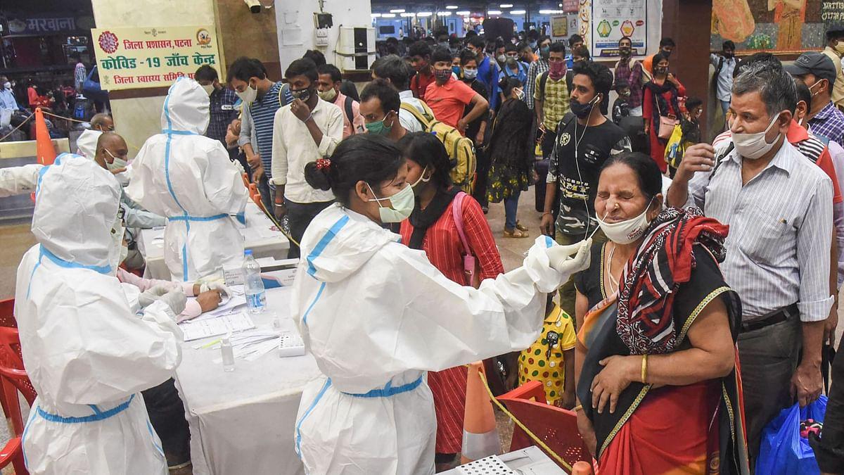 पटना में महाराष्ट्र से आए यात्रियों का सैंपल कलेक्ट करते स्वास्थ्य कर्मचारी