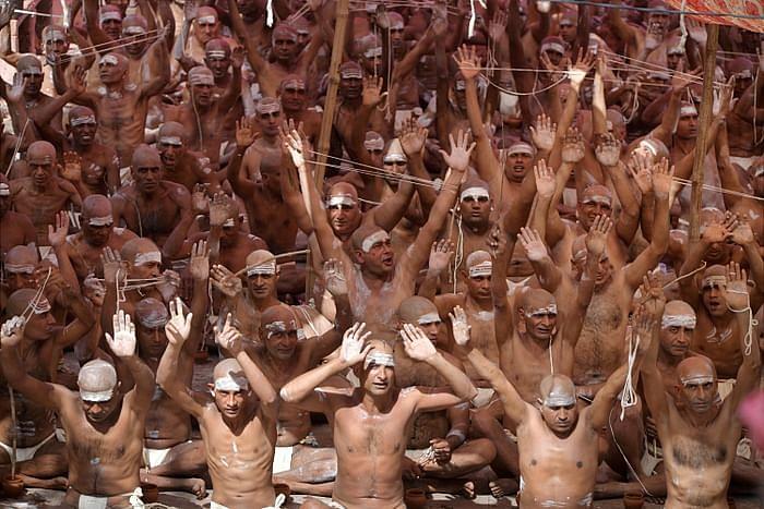 हरिद्वार के कुंभ मेले में अनुष्ठान करते श्रद्धालुओं की ये फोटो 5 अप्रैल 2021 की है