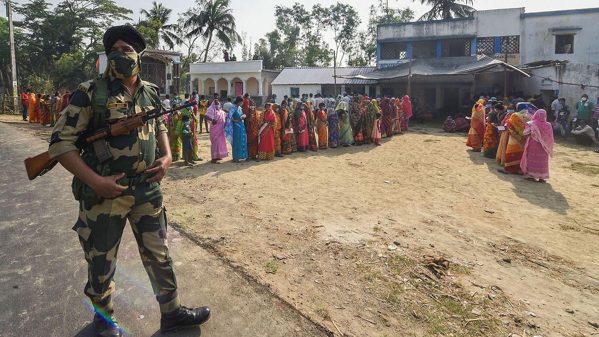 बंगाल चुनाव: नंदीग्राम में पोलिंग बूथ पर वोटरों की भीड़