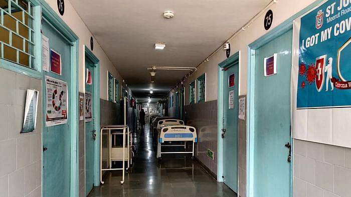 सेंट जोसेफ अस्पताल में कोविड वैक्सीनेशन वाले कमरों में लटका ताला