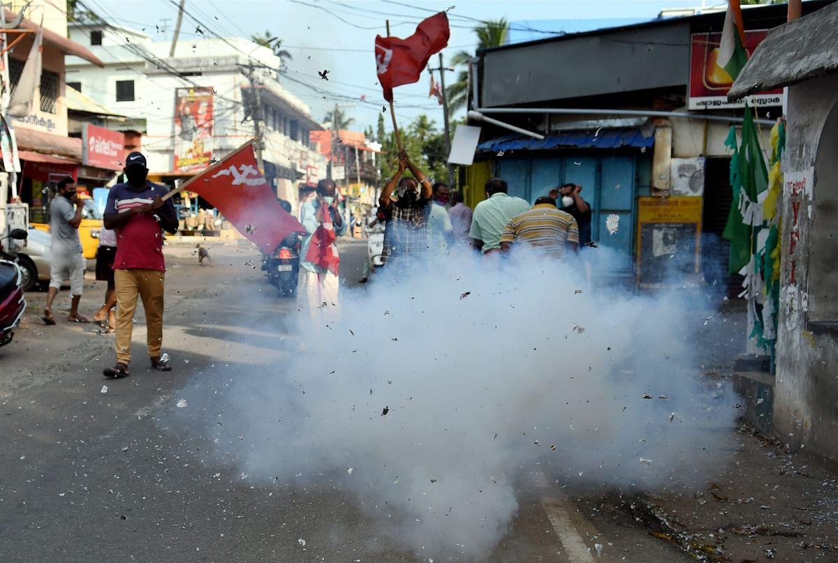 तिरुवनंतपुरम में जश्न मनाते कार्यकर्ता