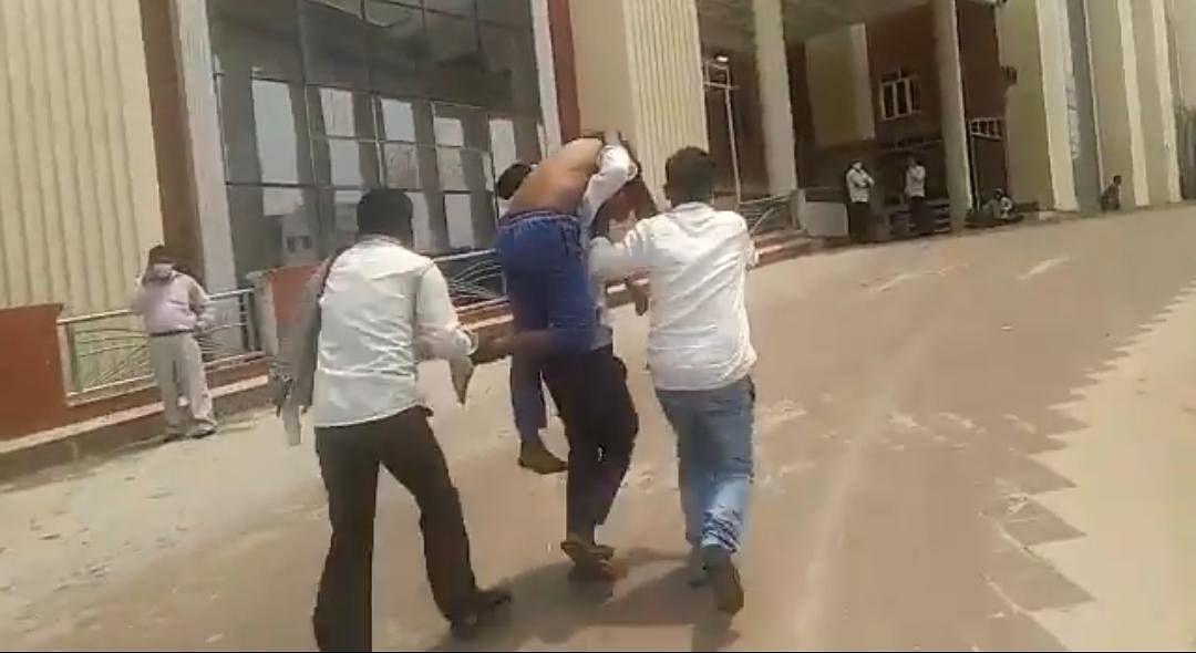 गोरखपुर के बीआरडी कॉलेज में स्ट्रेचर नहीं मिलने से युवक की मौत