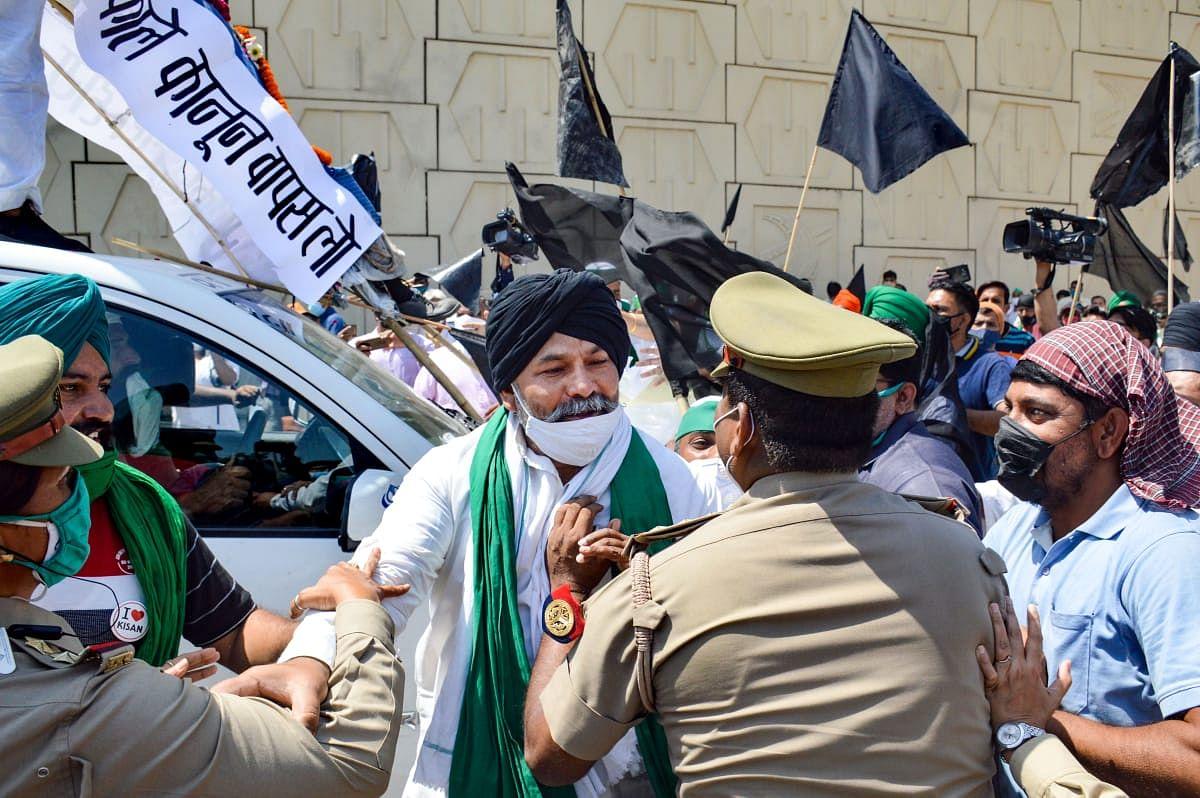 सरकार का पुतला फूंकने पर पुलिस से राकेश टिकैत की धक्का-मुक्की