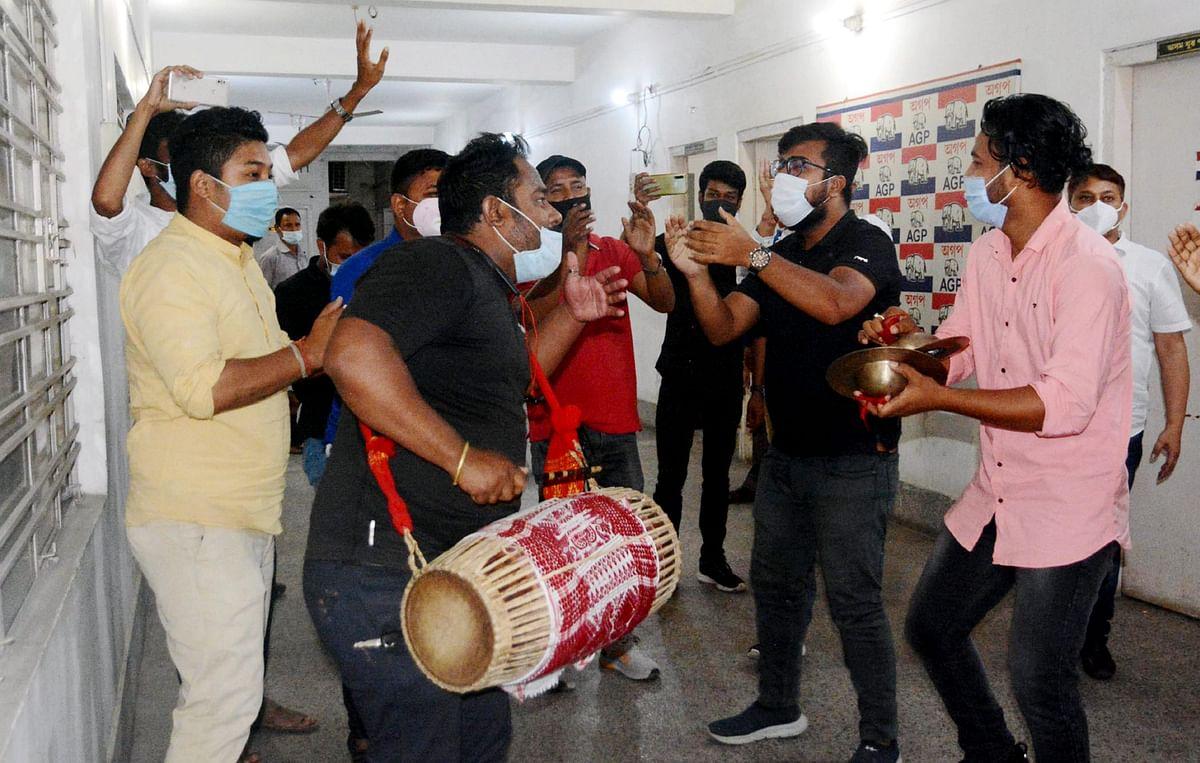 गुवाहाटी में असम गण परिषद के समर्थक जश्न मनाते हुए