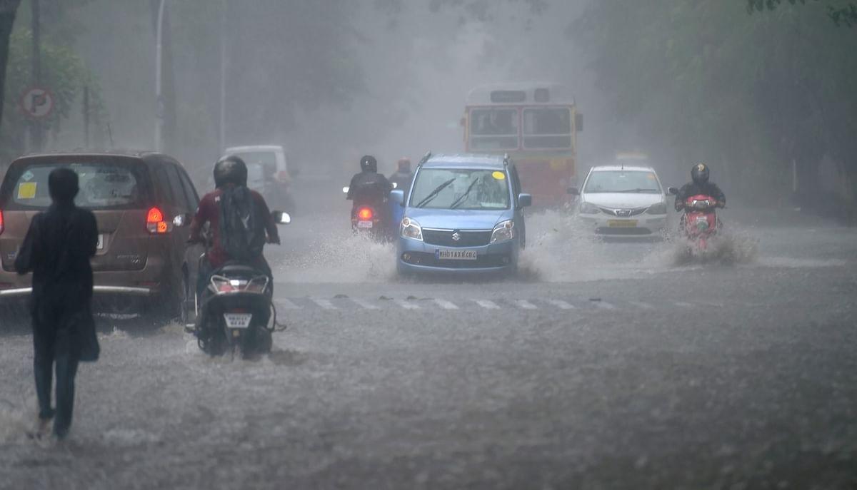 मुंबई में भारी बारिश की वजह से सड़कों पर पानी भर गया