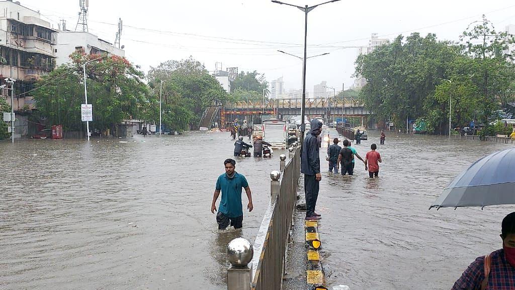 मुंबई में मॉनसून ने दस्तक दे दिया है.