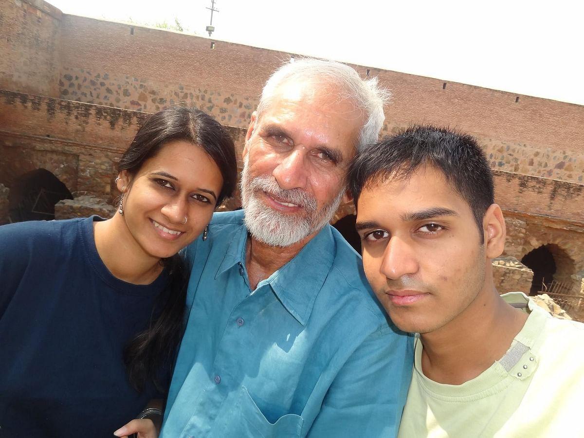अपने पिता महावीर नरवाल के साथ नताशा और आकाश