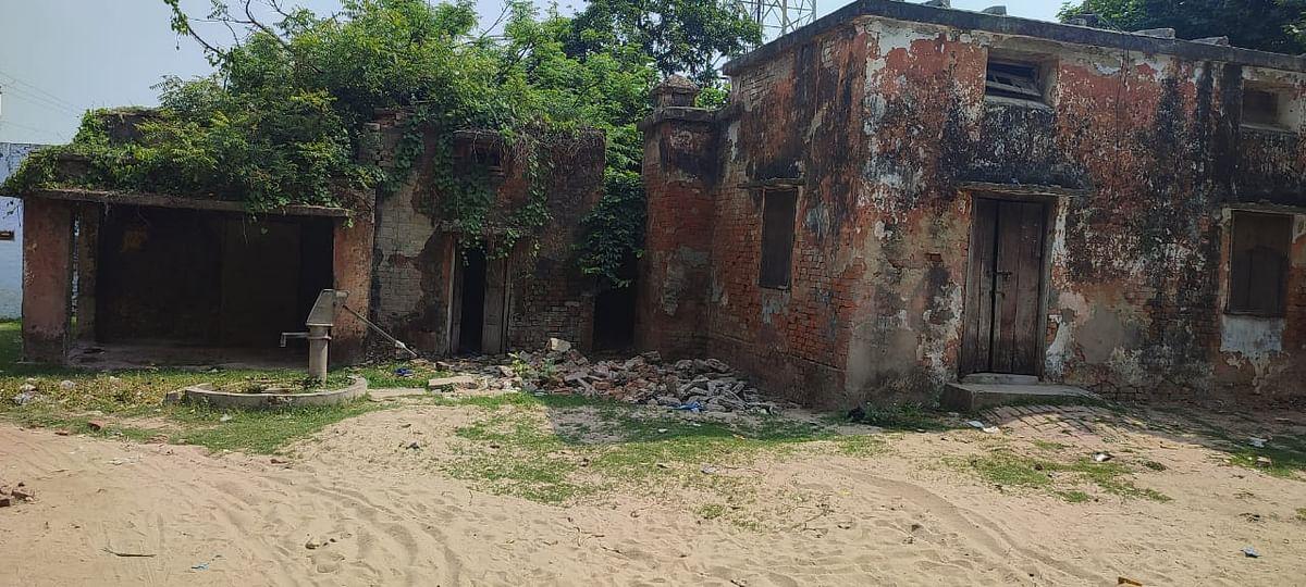 रुदौली कटरा हनुमान मंदिर के पास मौजूद प्राथमिक स्वास्थ्य केंद्र के पीछे बना खंडहर