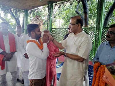 बीजेपी नेता जयंत सिंहा लिंचिंग के आरोपी को मिठाई खिलाते हुए