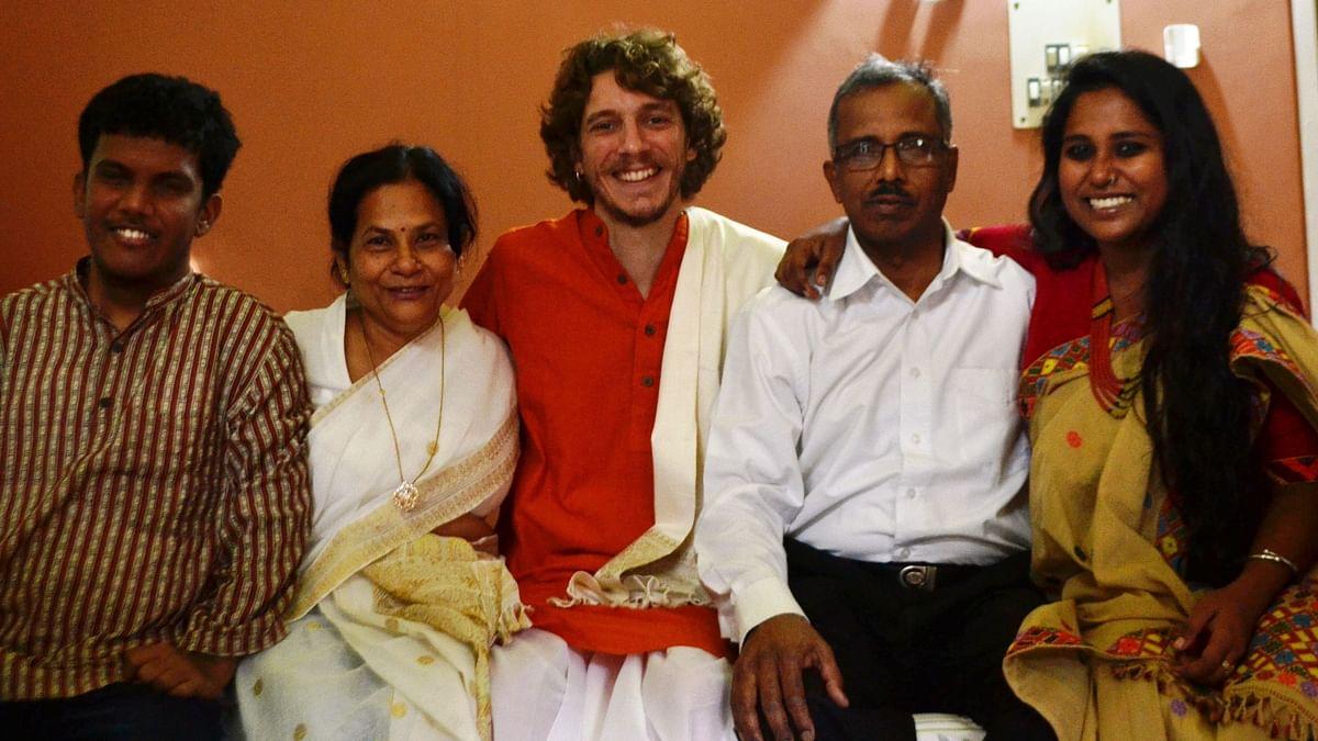 अपने भाई, मां, पति और पिता के साथ देवांगना (लेफ्ट से राइट की तरफ)
