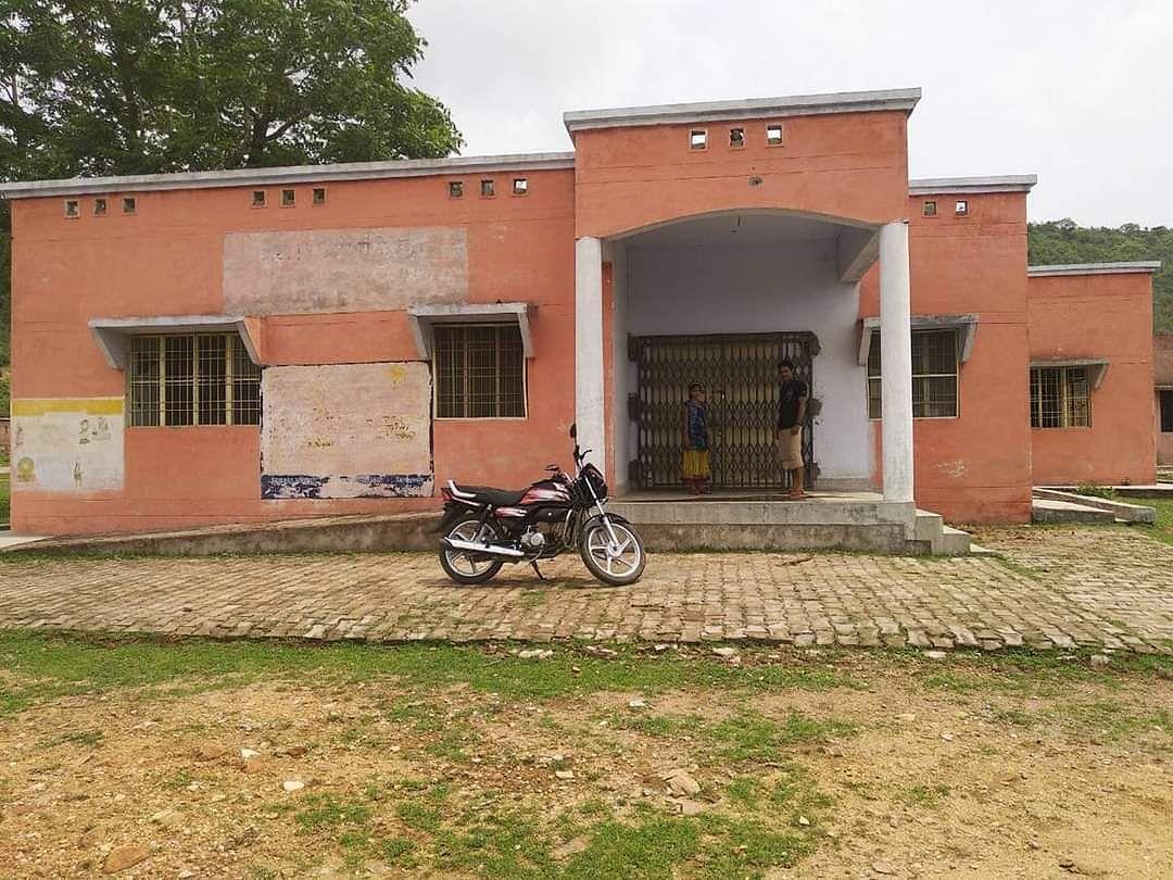 नाराहट छेत्र के अंतर्गत ग्राम डोगरा खुर्द में लाखों की लागत से बना अस्पताल बंद पड़ा है