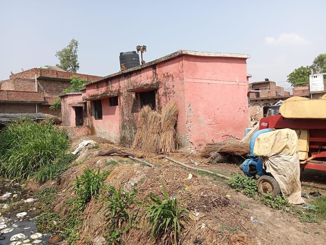स्वास्थ्य केंद्र के पीछे गंदा पानी, जानवरों के लिए घास और कचरा