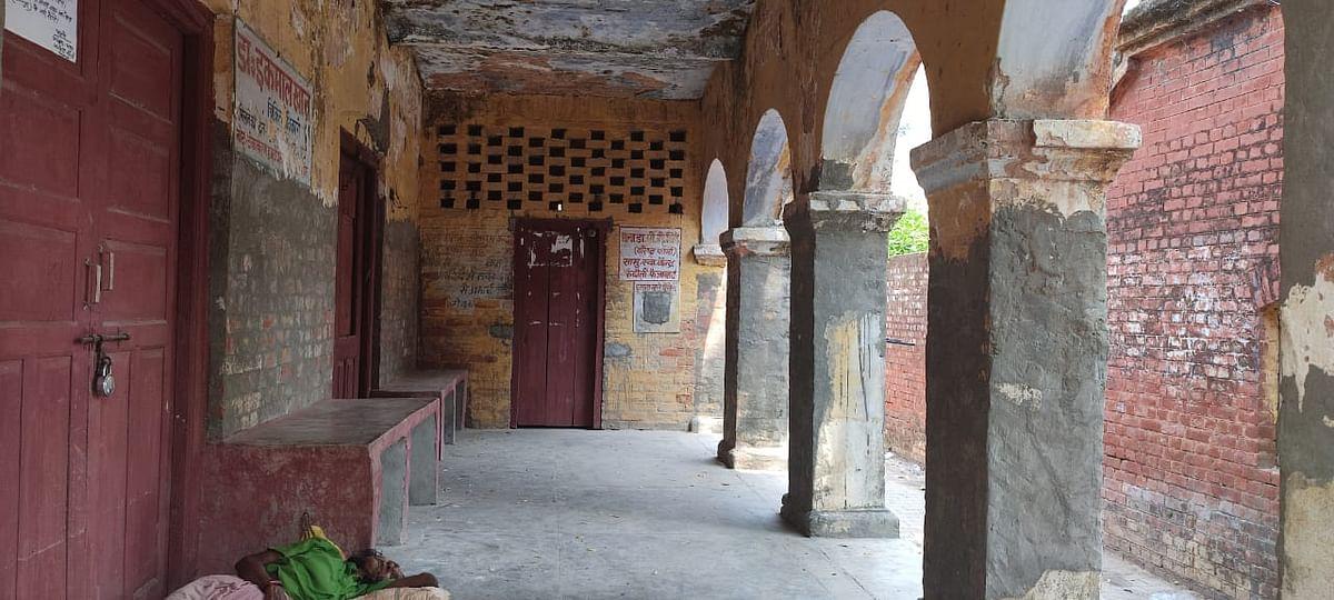 रुदौली कटरा हनुमान मंदिर के पास मौजूद प्राथमिक स्वास्थ्य केंद्र