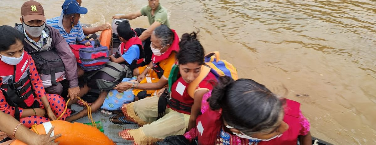 """<div class=""""paragraphs""""><p>इमरजेंसी रिस्पांस टीम बाढ़ में फसे लोगों की मदद करते हुए</p></div>"""