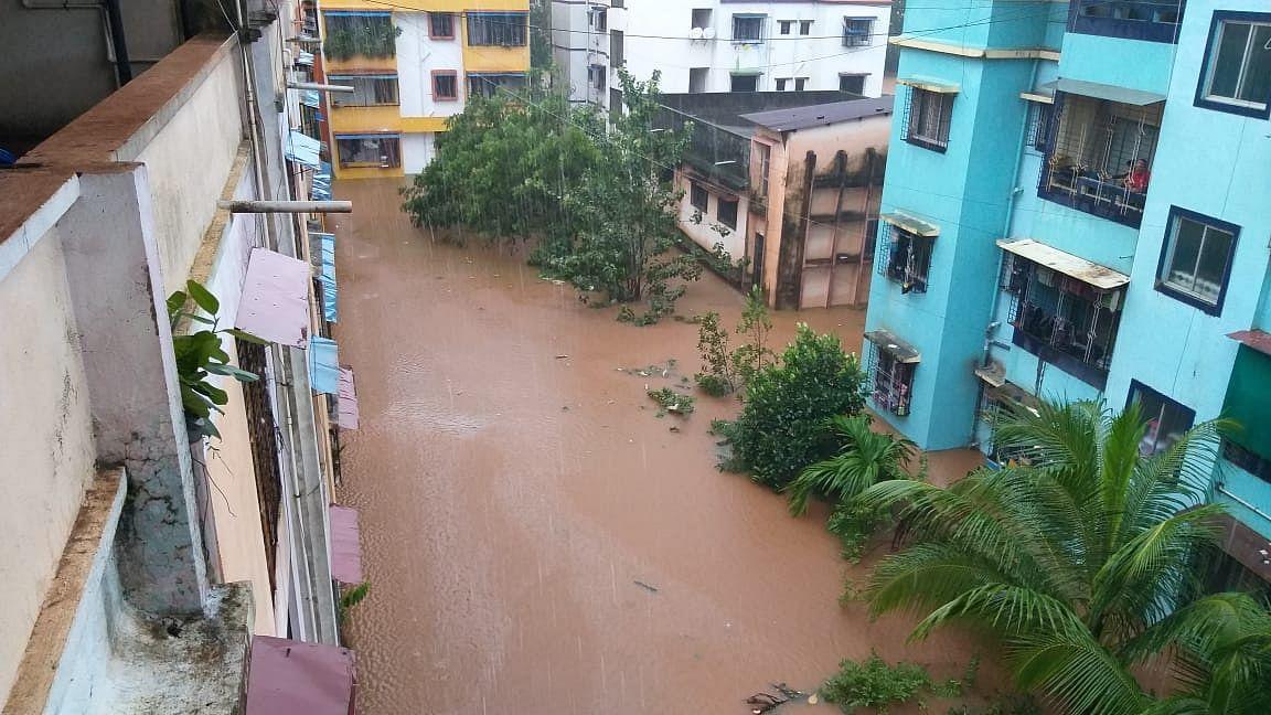 """<div class=""""paragraphs""""><p>महाराष्ट्र के चिपलून इलाके में बाढ़ से हालात गंभीर</p></div>"""