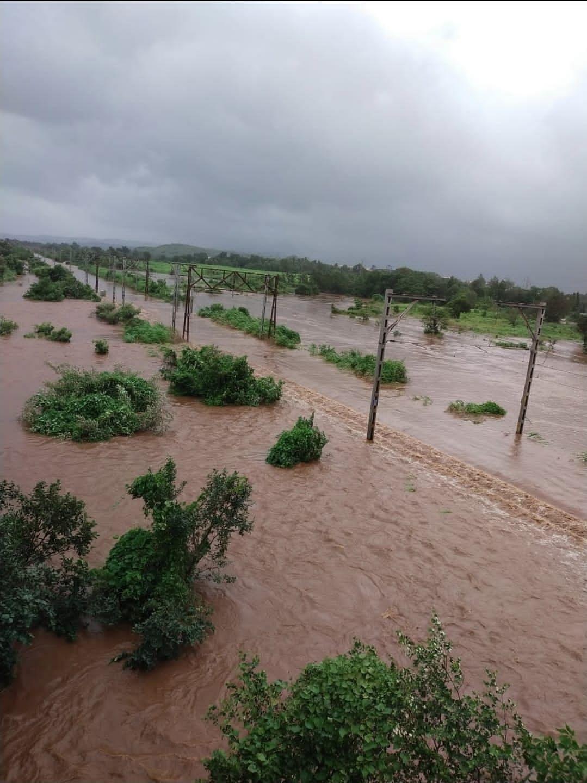 मुंबई बारिश से पानी-पानी, कई गांवों से संपर्क टूटा, सैकड़ों लोग प्रभावित