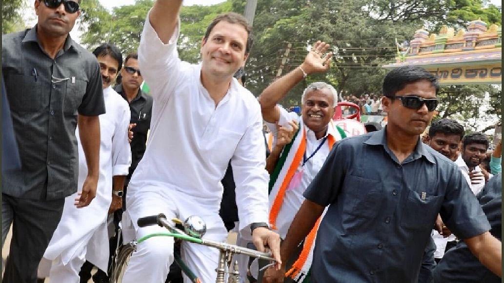 साइकिल यात्रा के दौरान लोगों का अभिवादन स्वीकारते राहुल गांधी