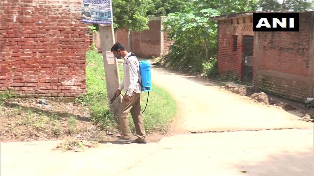 """<div class=""""paragraphs""""><p>कानपुर के कुरसौली गांव में काम करता एक हेल्थ वर्कर</p></div>"""